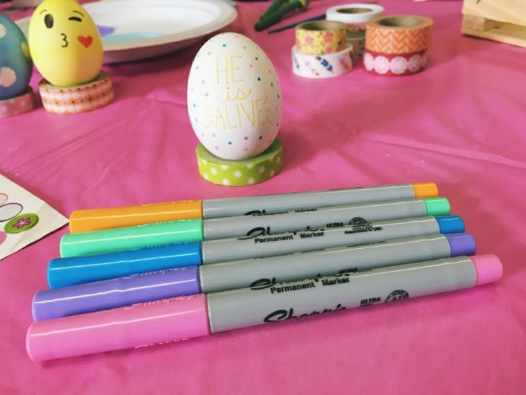 Uovo con scritta, pennarelli colorati, decorazioni pasquali fai da te tutorial