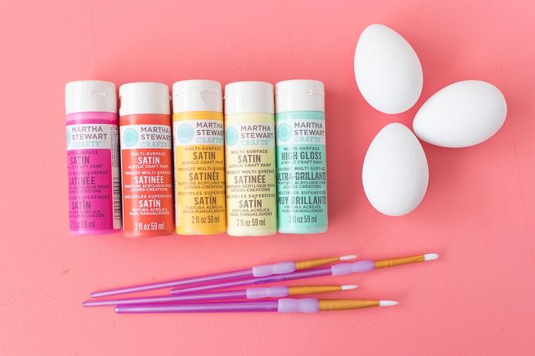 Lavoretti di Pasqua fai da te, materiali per il tutorial, colori acrilici, pennelli per dipingere, uova bianche sode