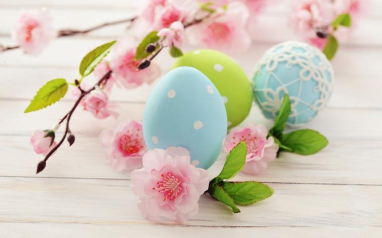 Addobbi pasquali fai da te, uovo decorato con puntini, rametto con fiorellini