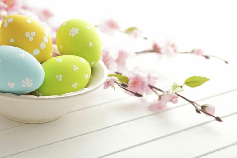 Addobbi pasquali fai da te, uova con puntini bianchi, ramo con fiorellini