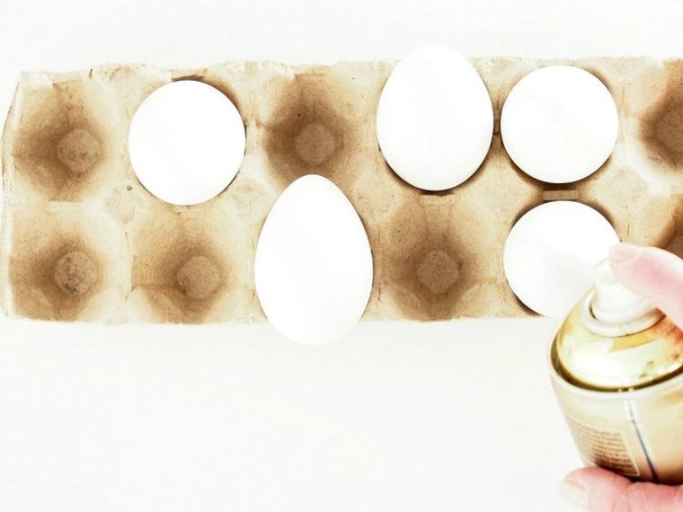 Uova bianche sode, bottiglia vernice spray, spruzzare le uova, uova di pasqua fai da te