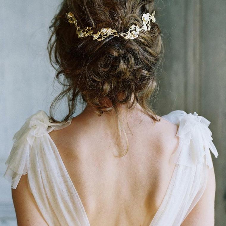 Acconciature morbide, capelli colore castano, abito da sposa con tulle