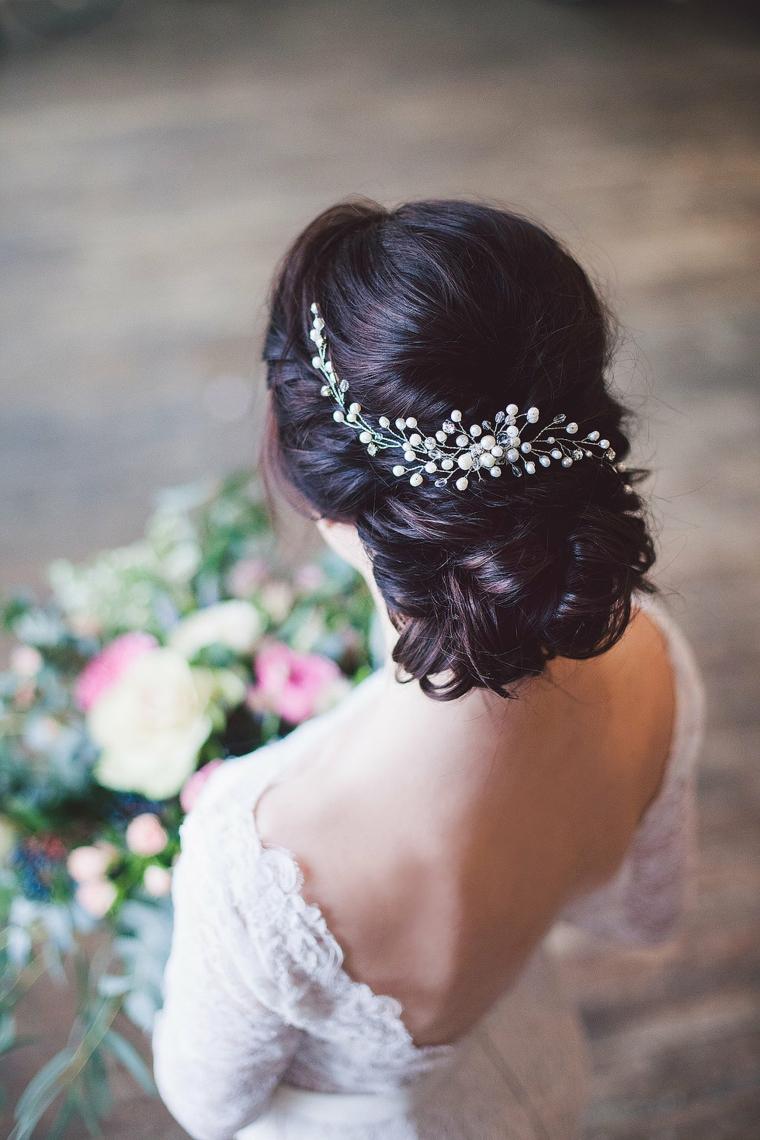 Acconciature capelli raccolti per cerimonia, fermaglio di metallo, abito da sposa