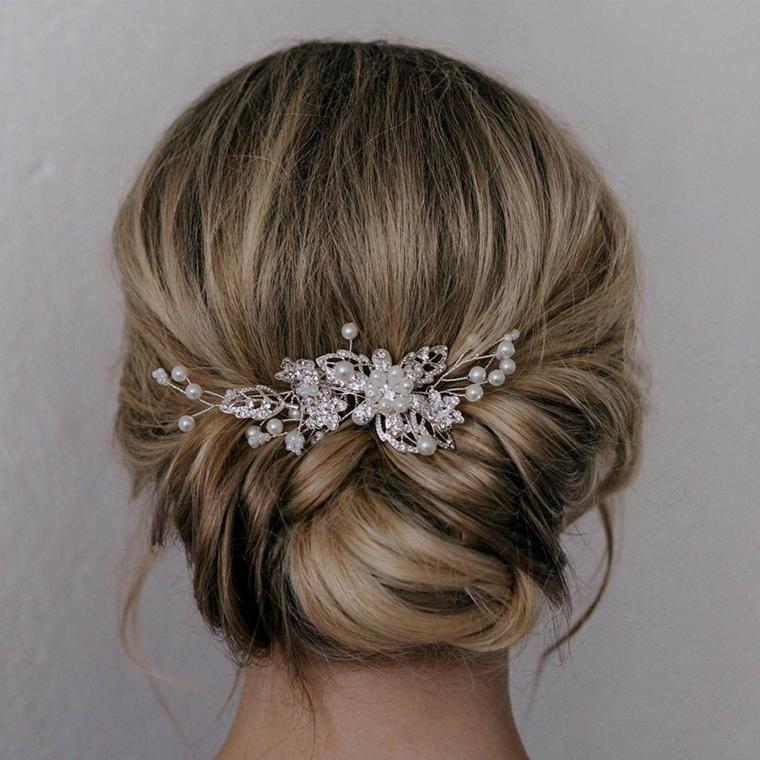Acconciature capelli lunghi raccolti, capelli biondi, pettinatura con fermaglio di perle