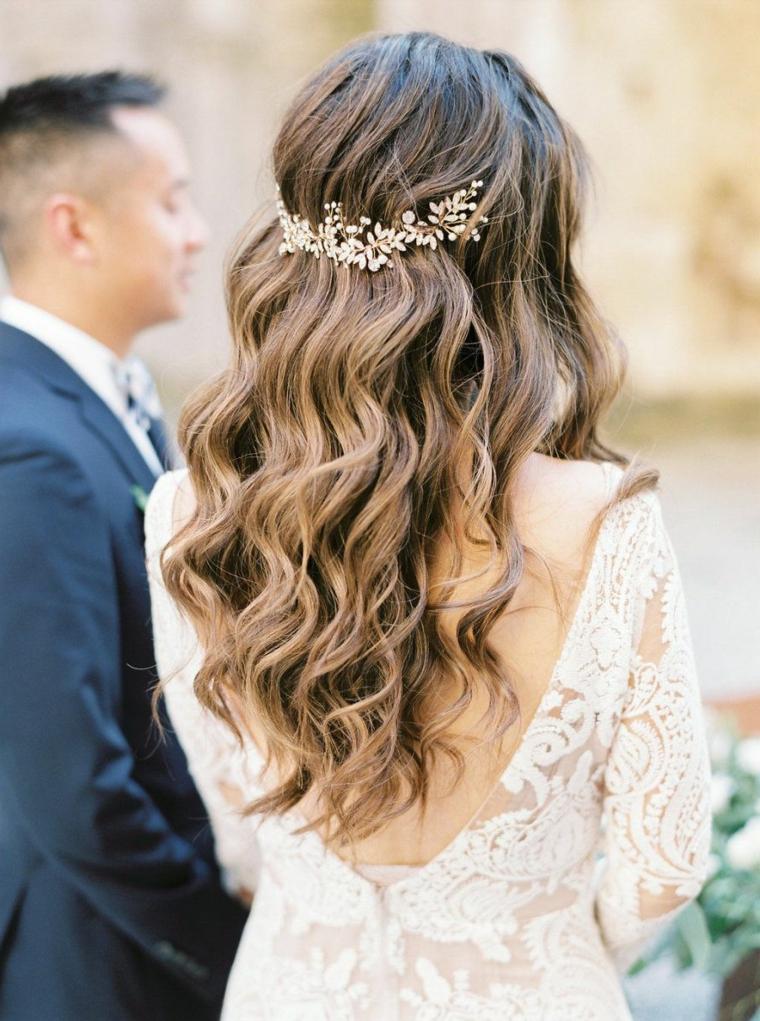 Acconciature cerimonia capelli media lunghezza, fermaglio da sposa, abito da sposa