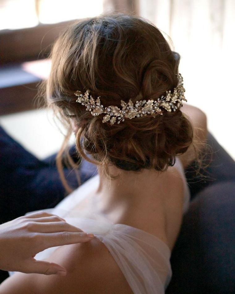 Pettinature sposa, capelli ricci, fermaglio da sposa, abito bianco con tulle
