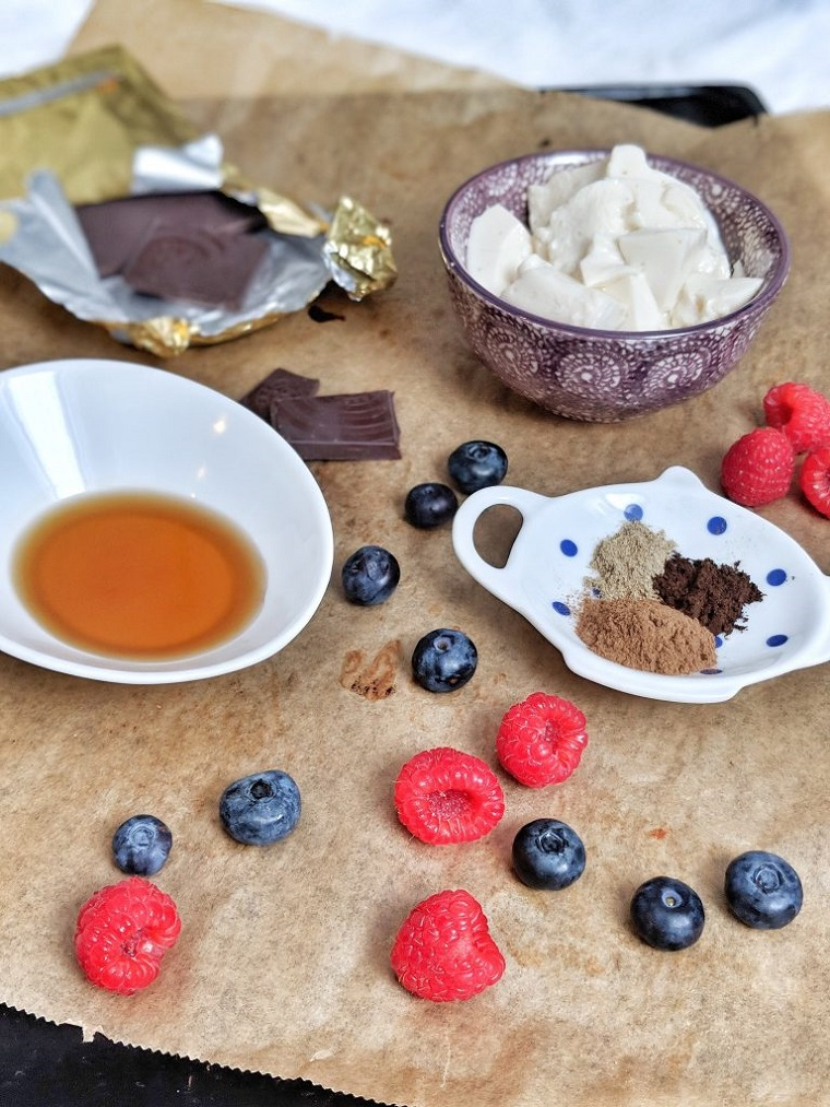 Ingredienti in ciotole. ricette cioccolato al latte avanzato uova da scartare