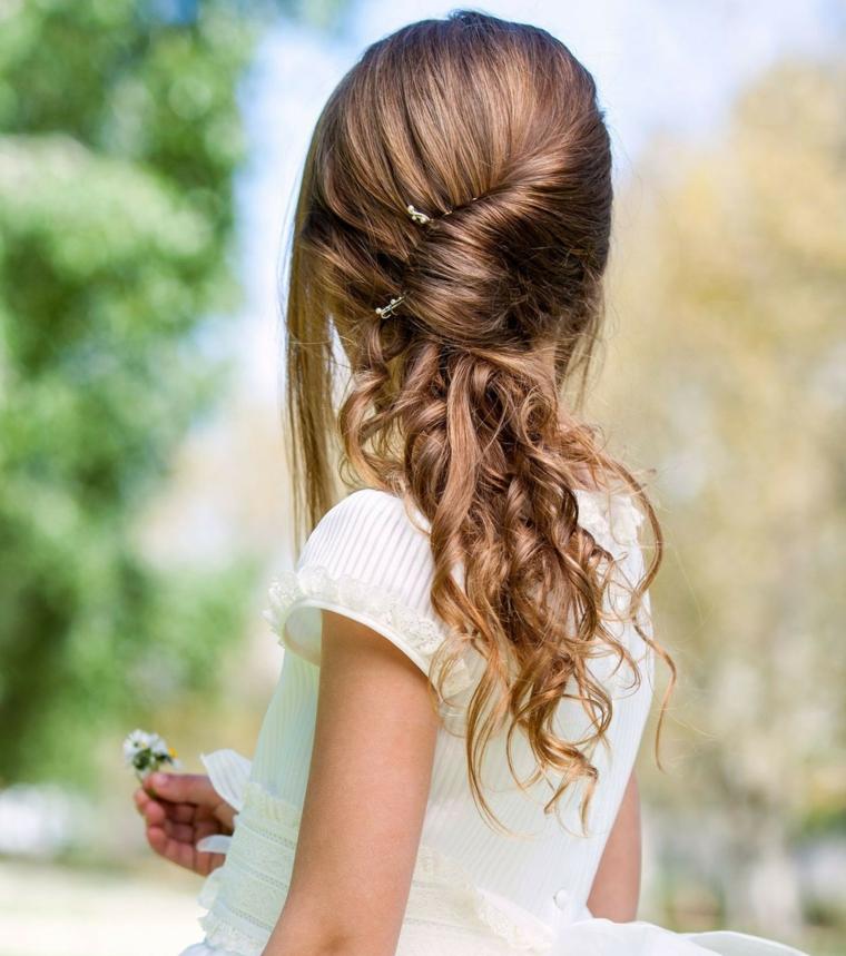 Acconciature capelli lunghi raccolti, capelli ricci, dona con capelli legati