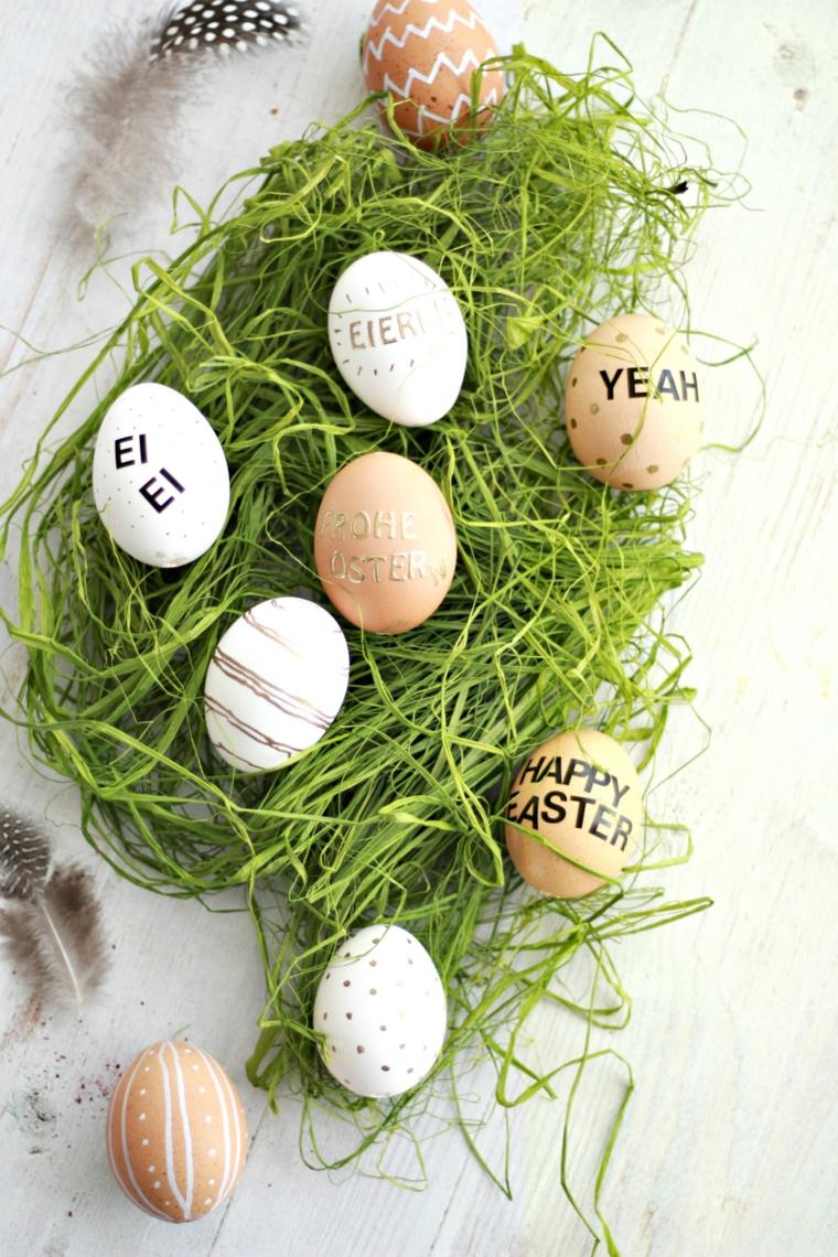 Addobbi pasquali, uova con scritte, erba verde finta