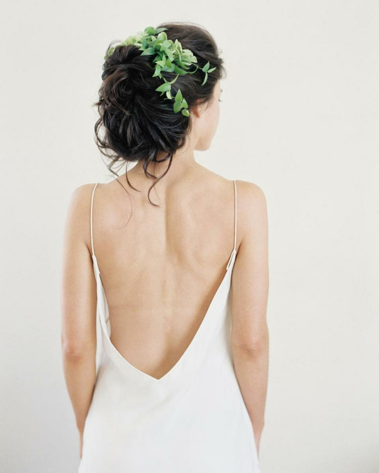 Pettinature semiraccolte per cerimonie, capelli ricci legati, capelli con foglie verdi