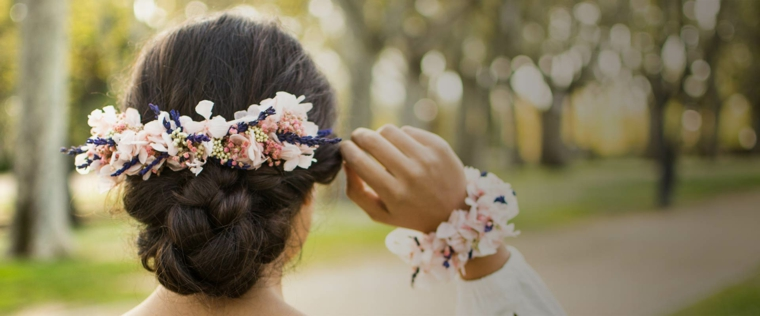 Acconciature capelli raccolti, sposa con abito, cerchietto con fiori