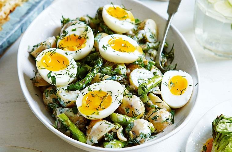 Insalata con verdure, uova sode a metà, come consumare le uova di pasqua