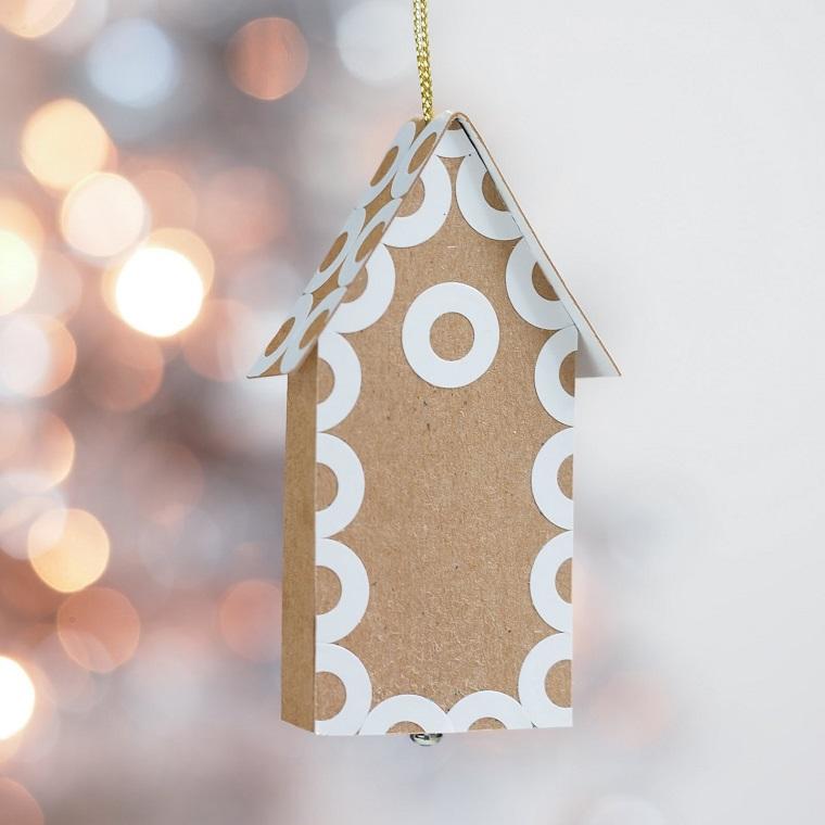 Lavoretti di Natale fai da te facili, casetta di cartone, decorazioni da appendere