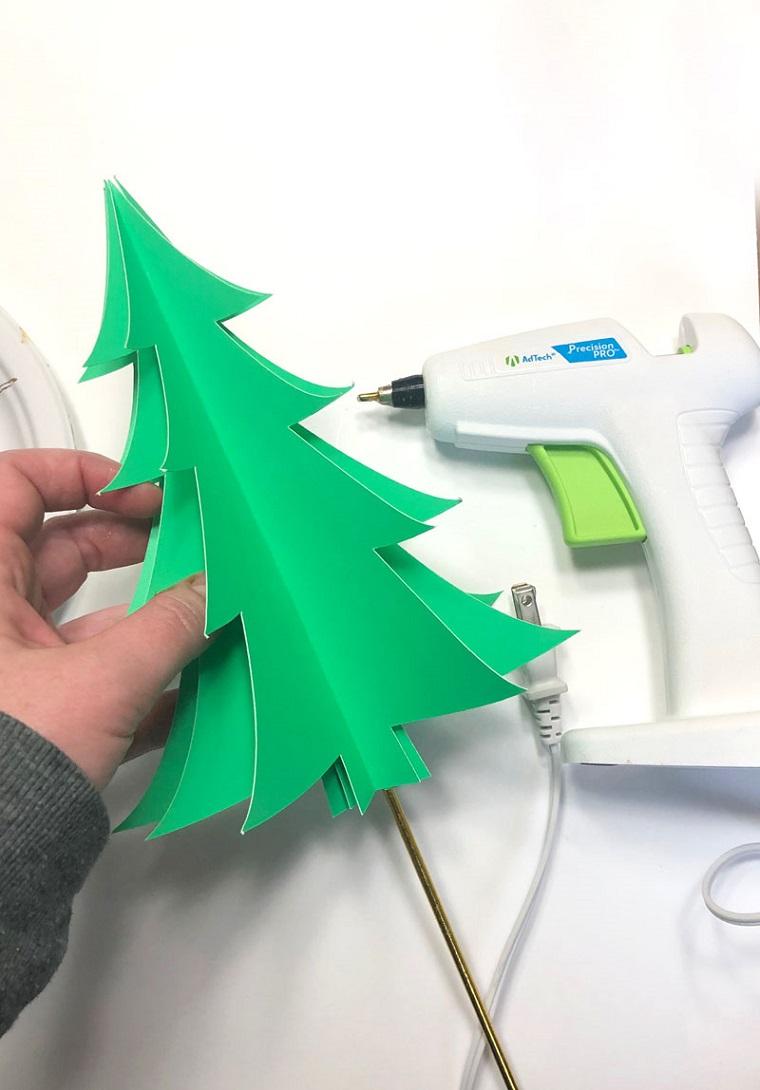 Pistola per colla a caldo, albero di Natale, albero di carta, lavoretti di Natale facili