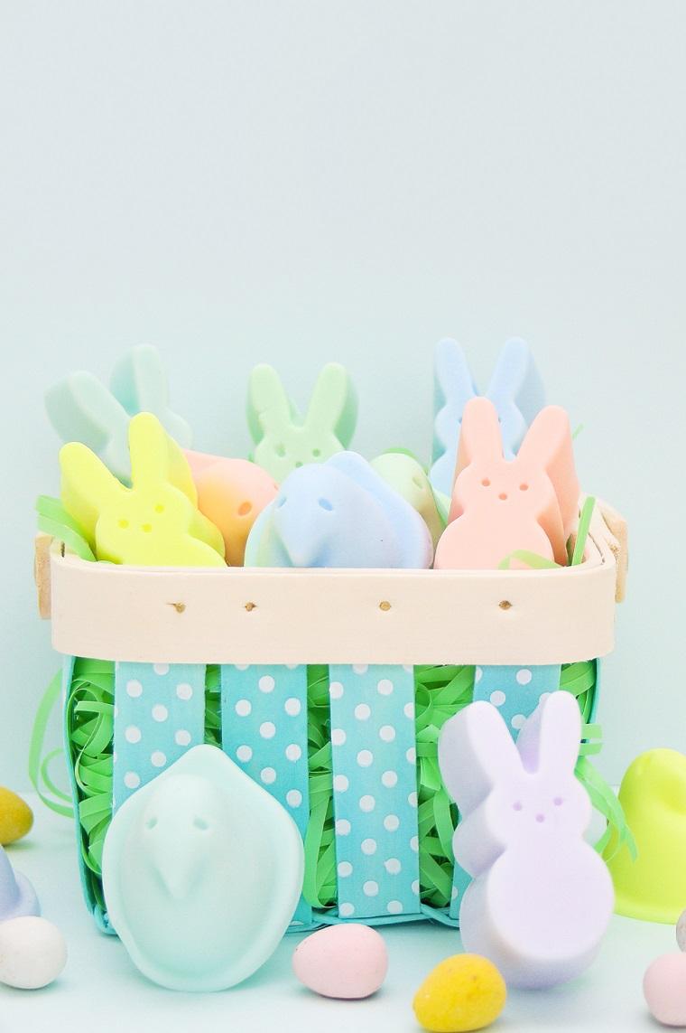Addobbi pasquali, cesto con sapone, sapone a forma di coniglietti