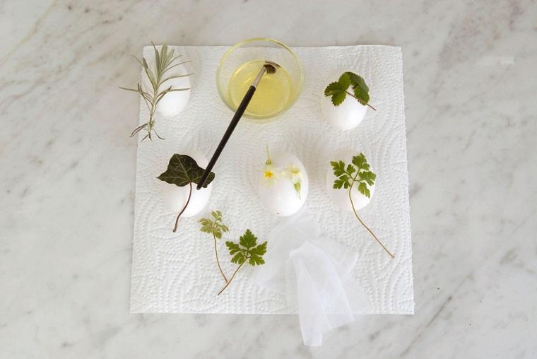 Idee per Pasqua, uova con foglie, ciotola con albume