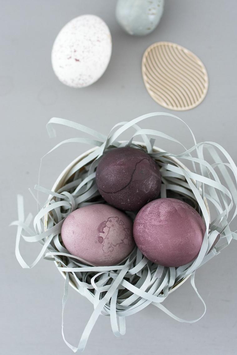 Segnaposto pasquali, uova dipinte, cestino con foglietti
