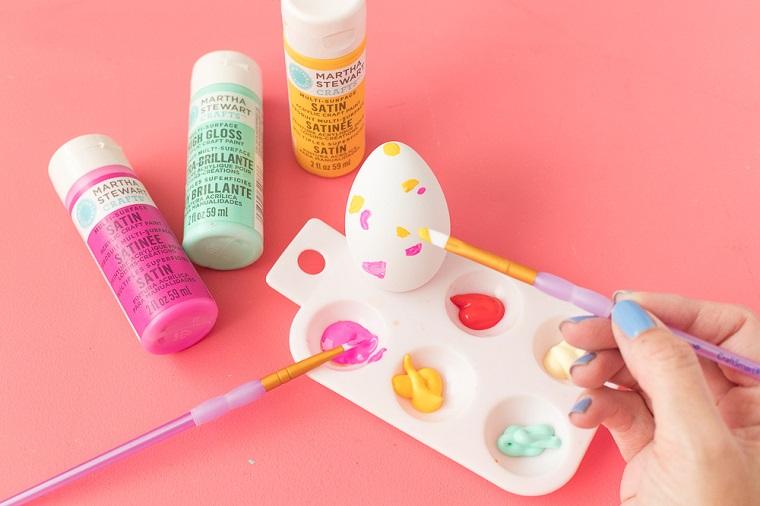 Dipingere le uova, decorazioni pasquali con uova, pennelli per colori acrilici