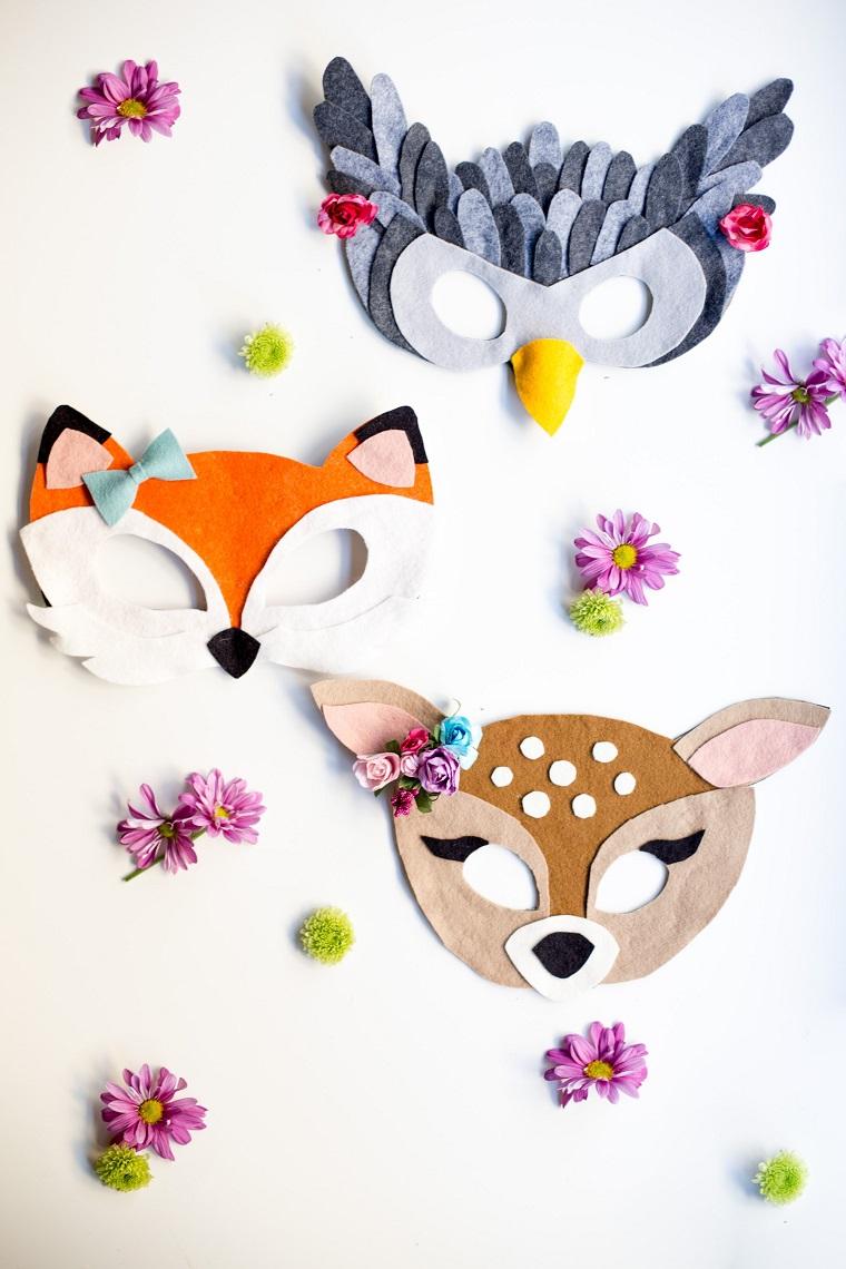 Tre travestimenti con maschere, maschere da ritagliare, fiori con petali viola