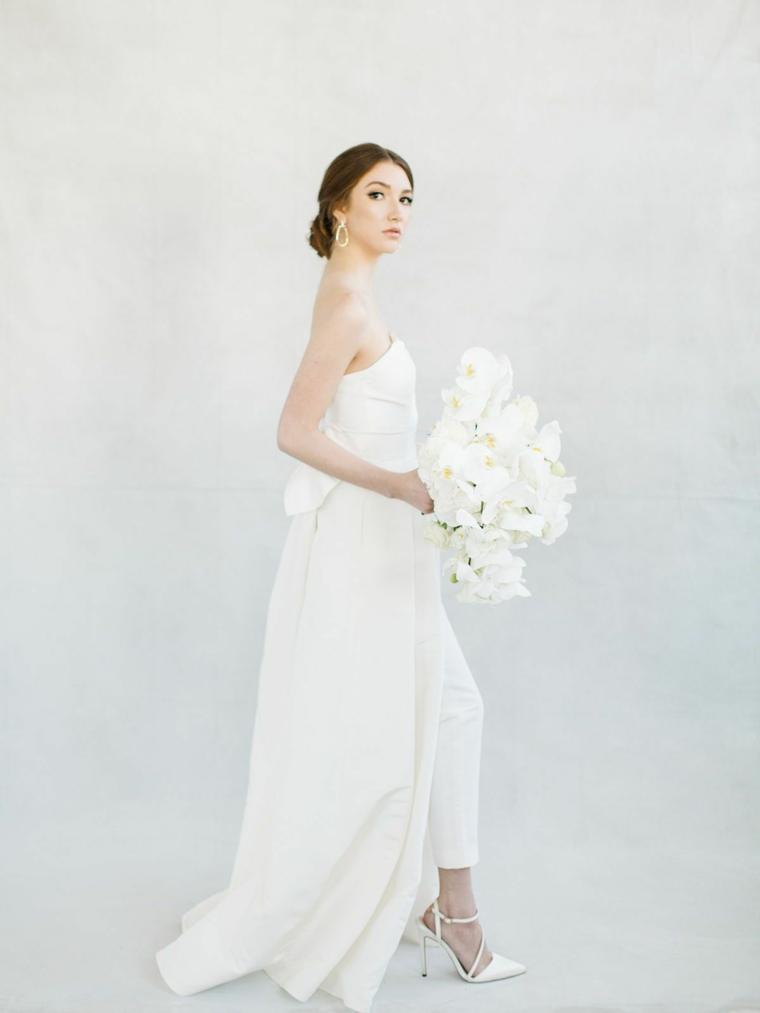 Pettinature per cerimonia, abito da sposa con pantalone, chignon basso