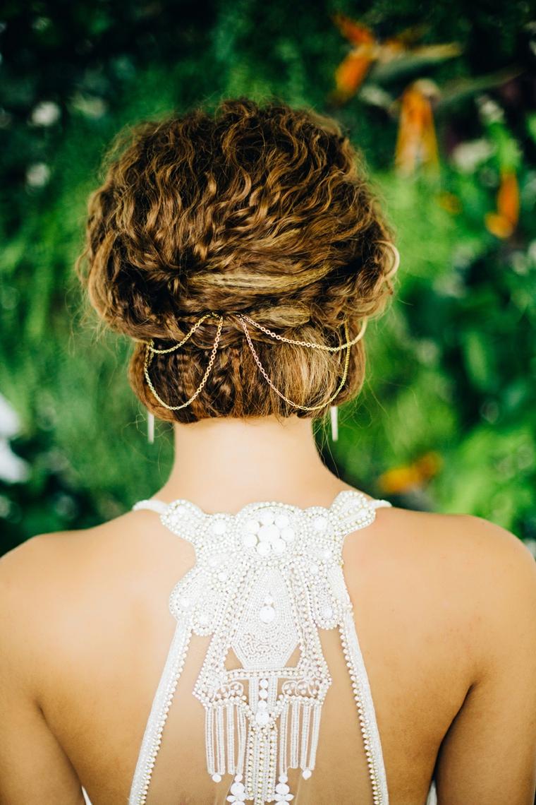 Pettinature semiraccolte per cerimonia, capelli ricci, donna con abito da sposa