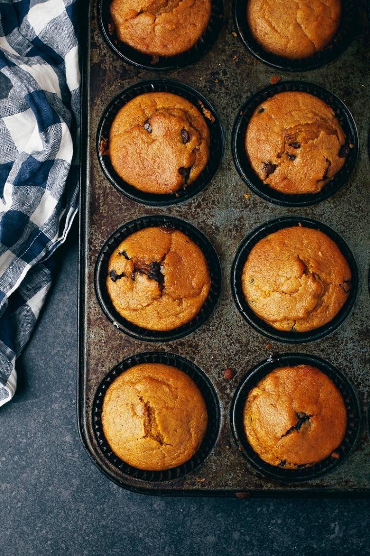 Muffin con cioccolato, teglia con muffin, ricette cioccolato al latte avanzato uova da scartare