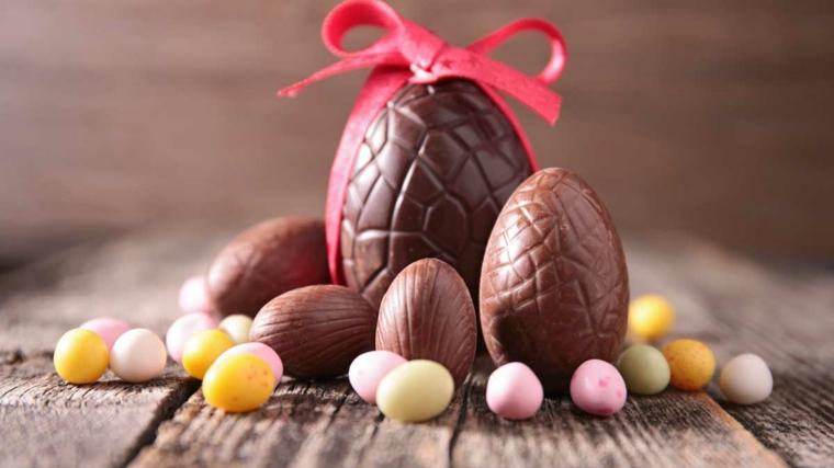 Uova di cioccolato, ovetti decorati, nastro di colore rosso