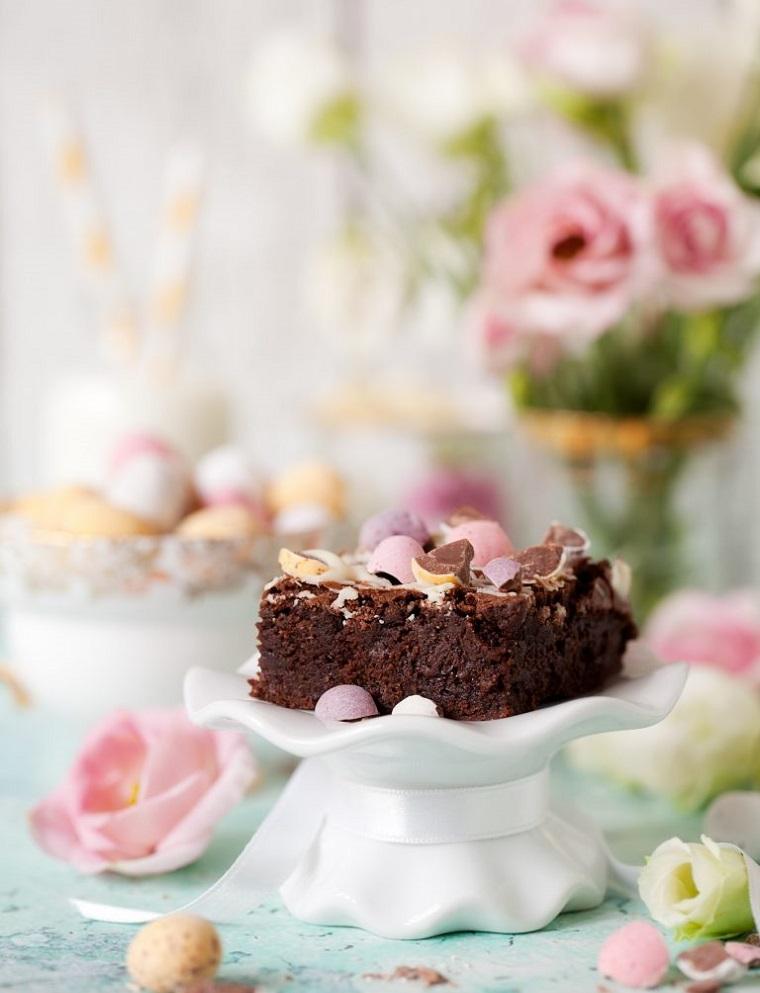 Torta con cioccolato kinder, pezzo di brownies, torta decorata con ovetti