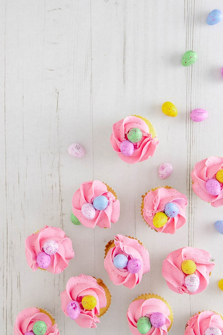 Come riciclare le uova di pasqua al latte, muffin con panna rosa, ovetti colorati di cioccolato