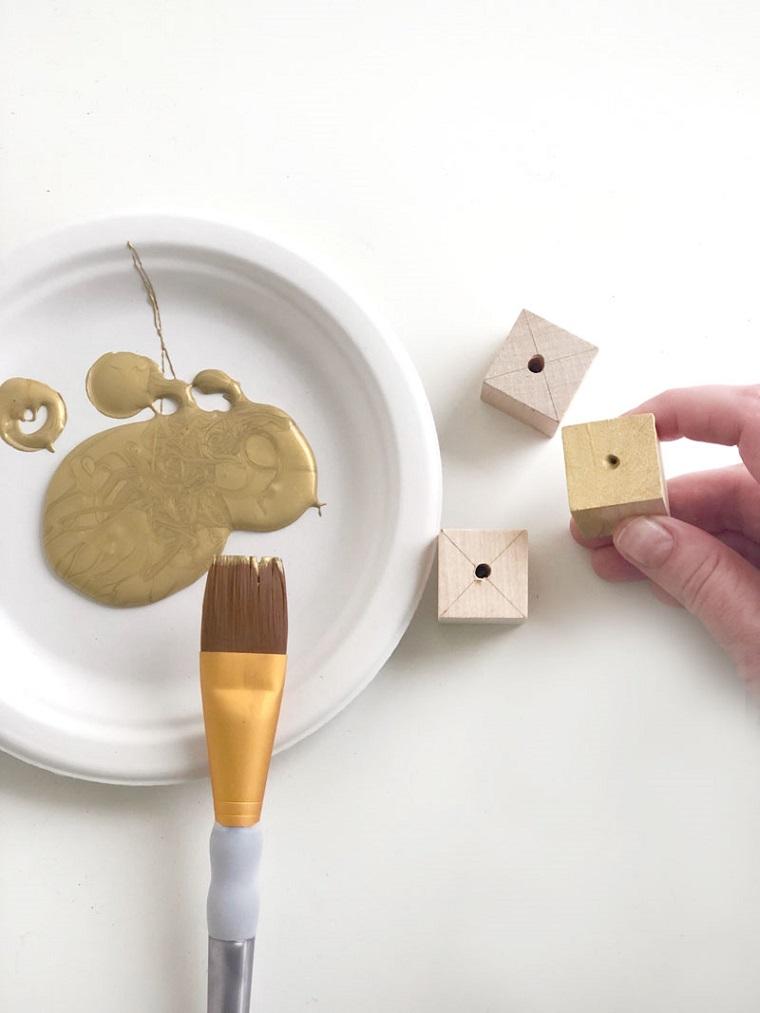 Dipingere il legno, piatto con colore, lavoretti di Natale fai da te facili