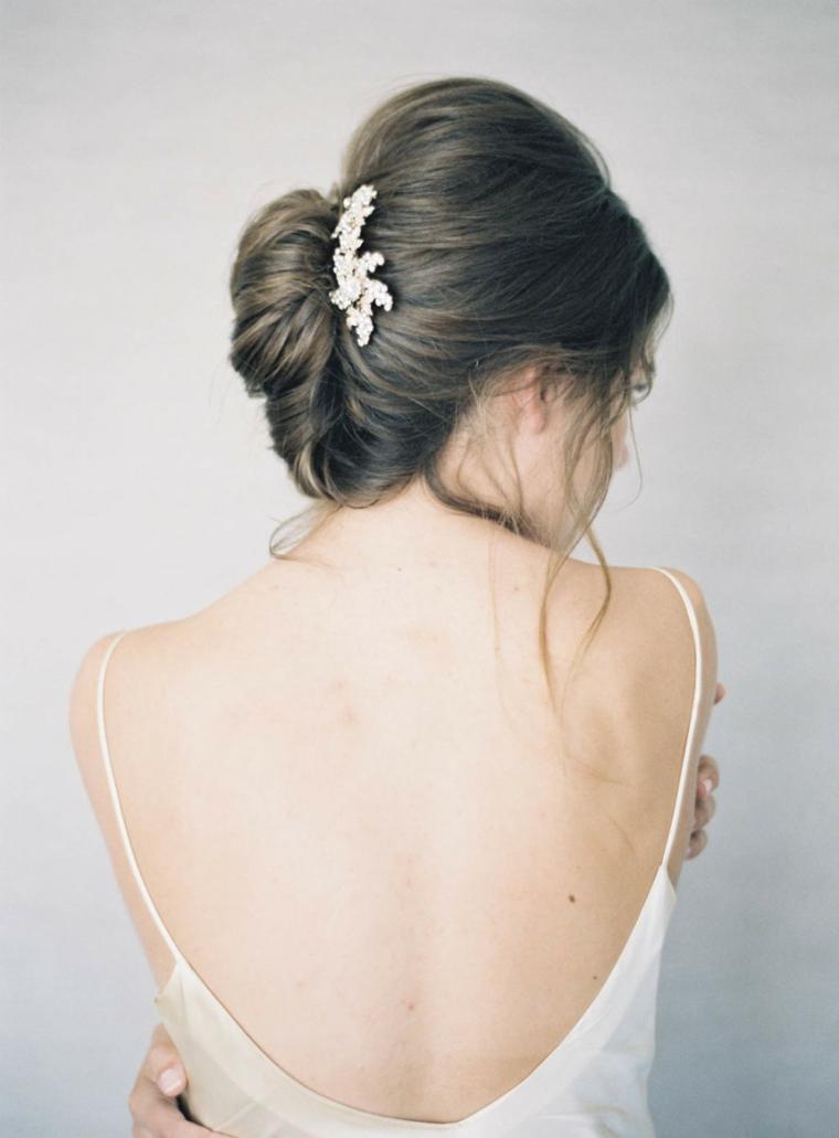 Abito schiena scoperta, capelli legati chignon, capelli colore castano