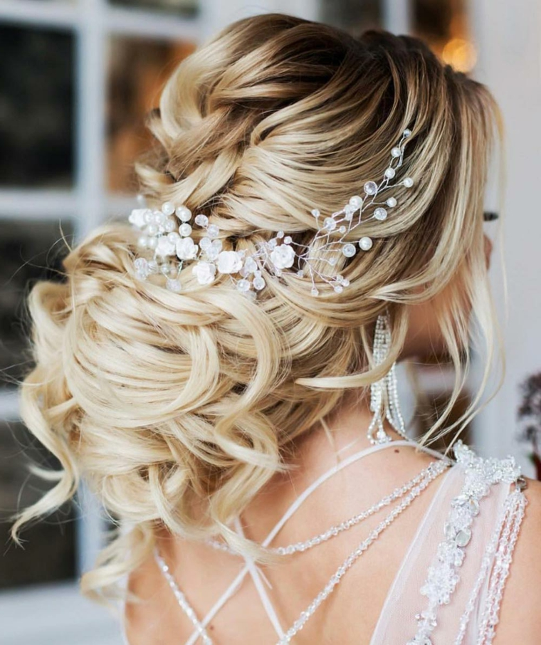 Abito da sposa con brillantini, capelli ricci biondi, pettinature sposa