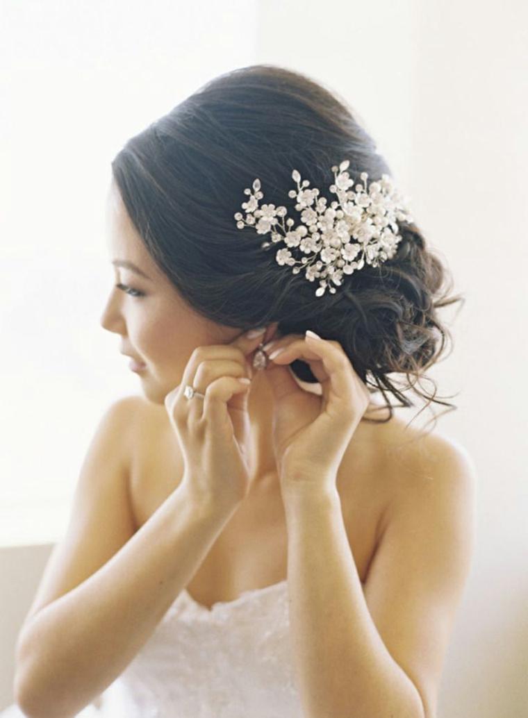 Acconciature capelli raccolti, capelli legati da sposa, fermaglio floreale da sposa