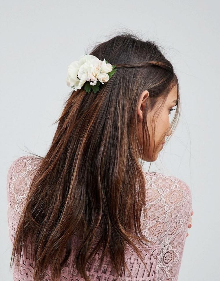 Capelli colore castano, elastico capelli con fiore, acconciatura donna sposa