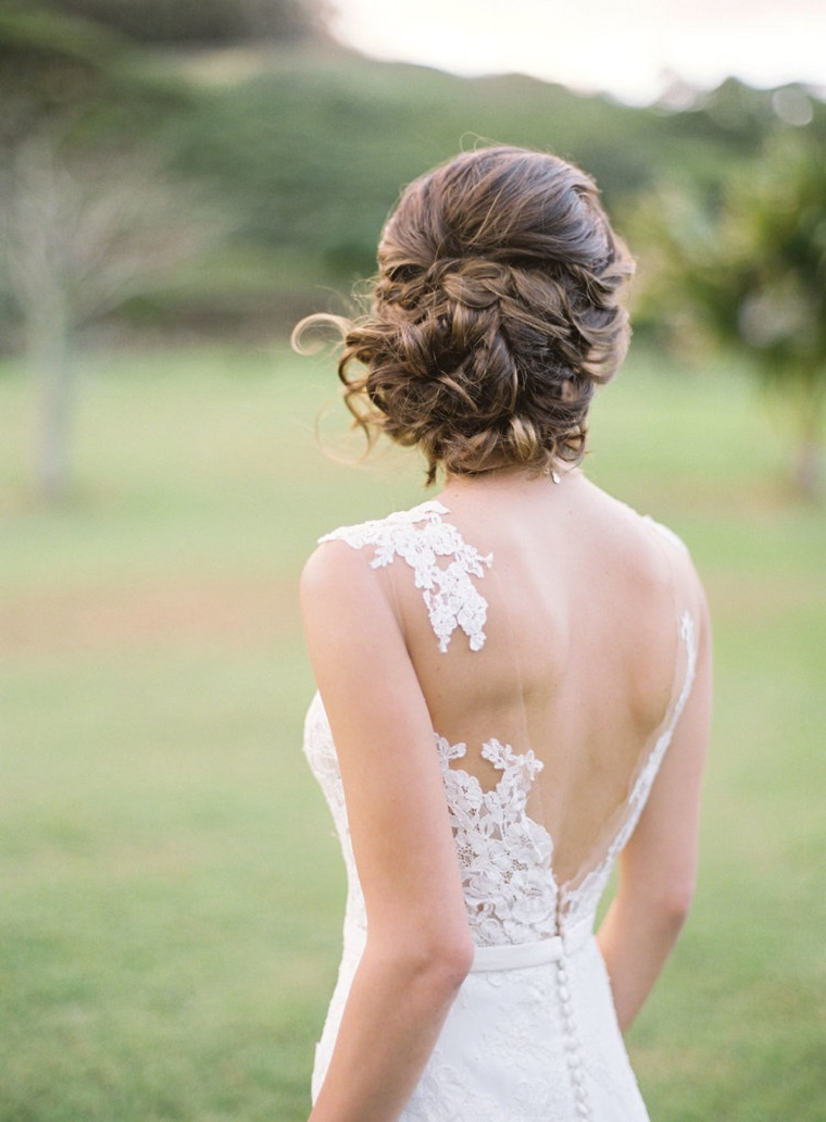 Acconciature capelli lunghi raccolti, abito da sposa bianco, capelli colore castano
