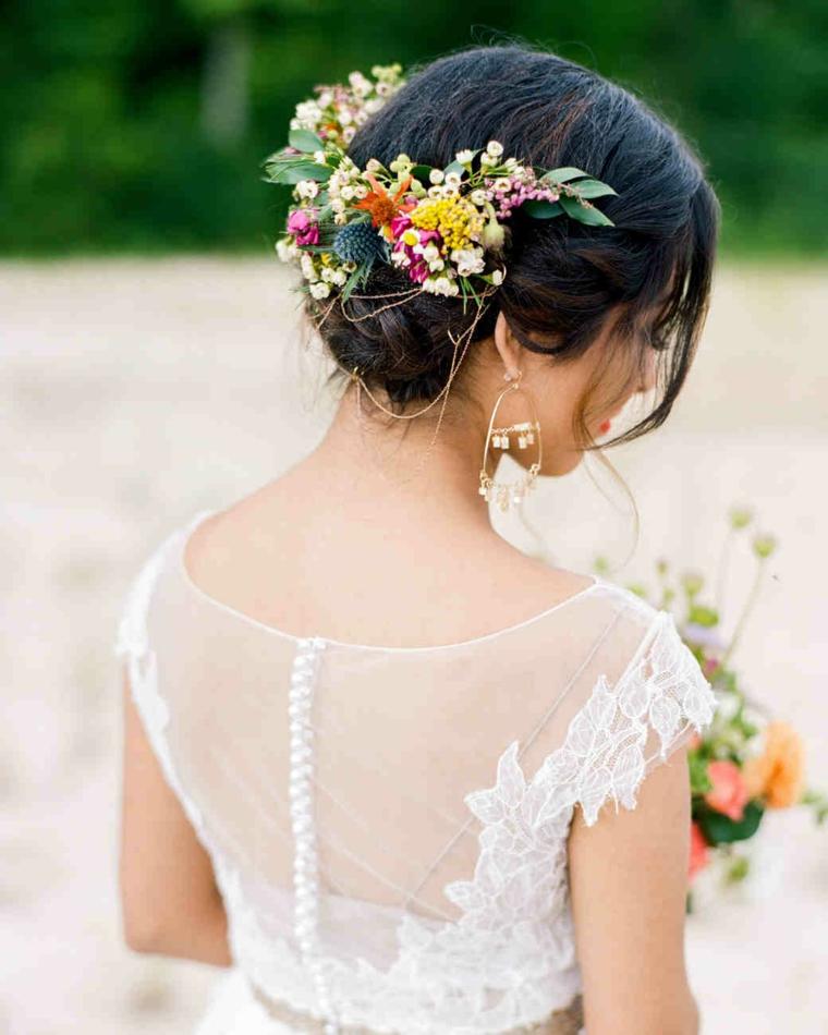 Acconciature capelli raccolti, corona floreale, abito bianco in pizzo, abito da sposa