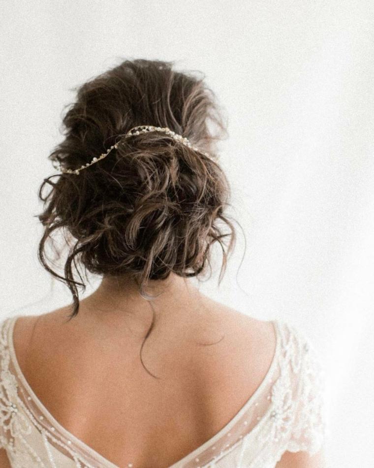 Acconciature capelli raccolti per cerimonie, chignon mosso, abito da sposa bianco
