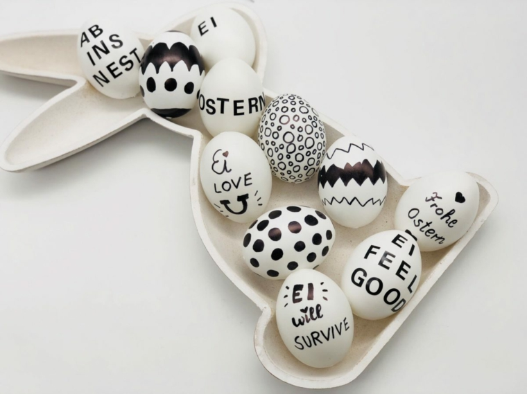 Uova con scritte, addobbi pasquali, piatto forma coniglio