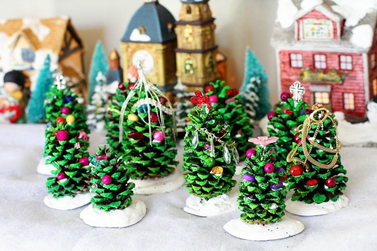 Piccoli alberi di Natale, decorazioni natalizie, decorazioni con pigne