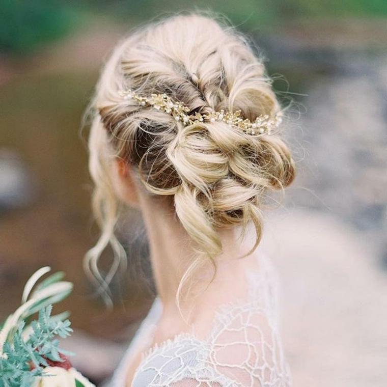 Acconciature capelli lunghi raccolti, fermaglio da sposa, capelli biondi ricci