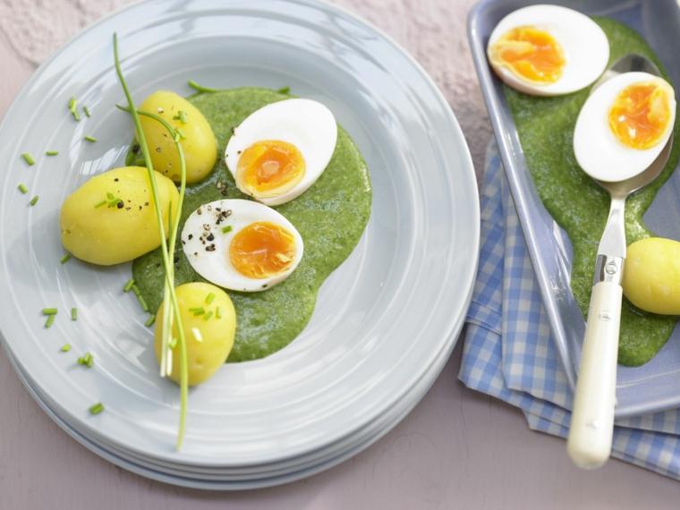 Piatto con passata di verdure, patate bollite, uovo sodo tagliato