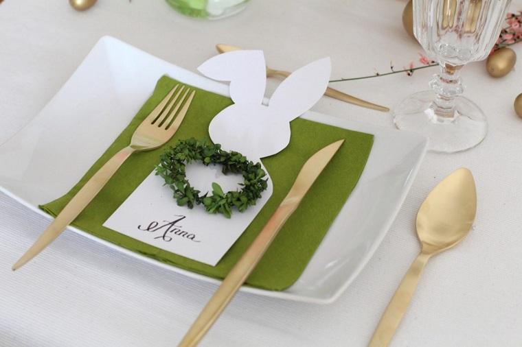 Decorazioni pasquali fai da te, segnaposto con rametto verde, tovagliolo di carta