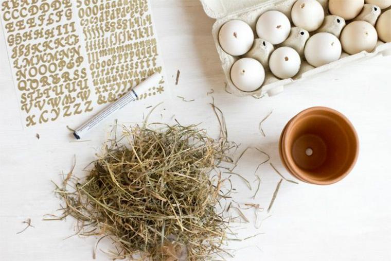 Addobbi pasquali, vaso di terracotta, uova di colore bianco