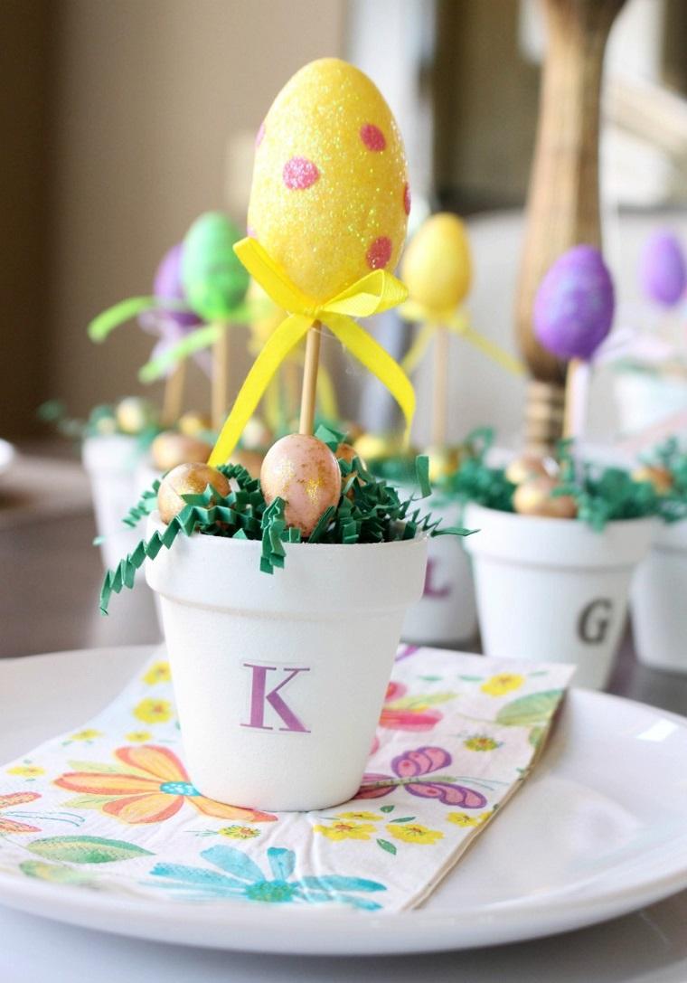 Segnaposto con vaso, uovo di colore giallo, lavoretti per Pasqua fai da te
