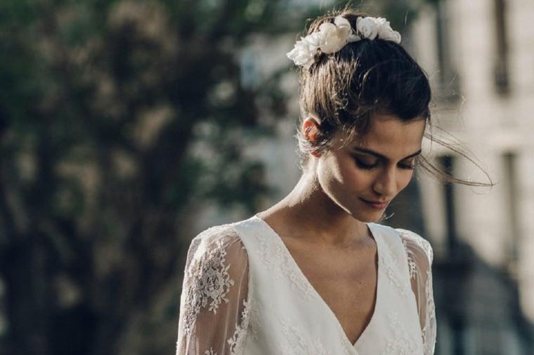 Pettinature sposa, capelli legati chignon, cerchietto floreale, abito bianco da sposa