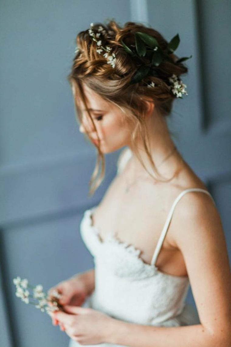 Acconciature sposa raccolti, capelli legati a corona, fiori tra i capelli