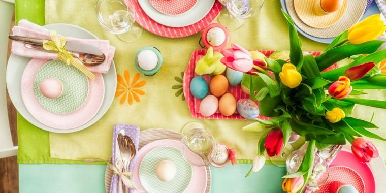 Lavoretti di pasqua scuola primaria, centrotavola con uova colorate, tavolo apparecchiato