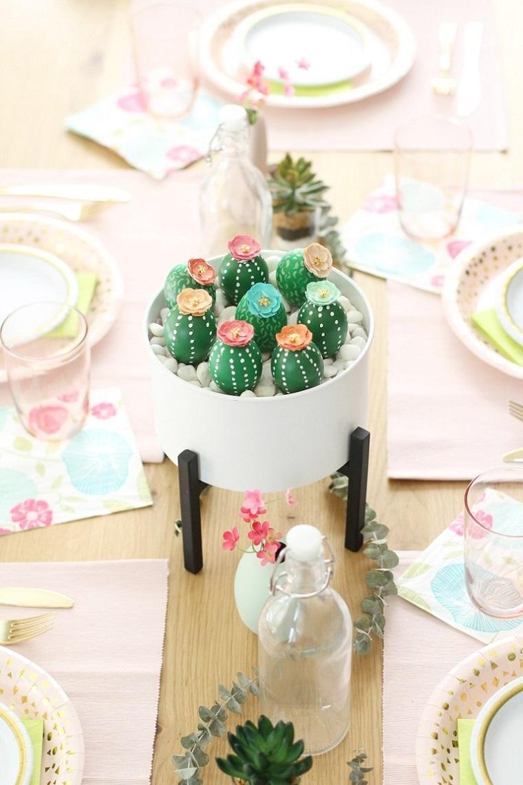 Centrotavola con uova, addobbi pasquali fai da te, uova dipinte come cactus
