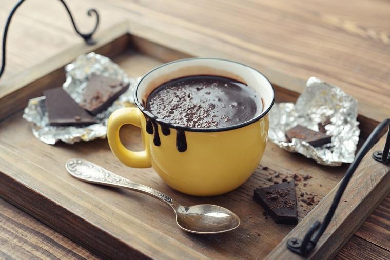 Riciclare uova di Pasqua, tazza con cioccolato, cioccolata calda