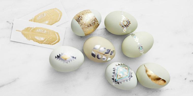 Addobbi pasquali, decorazioni su uova, disegno colore argento, piuma di colore oro